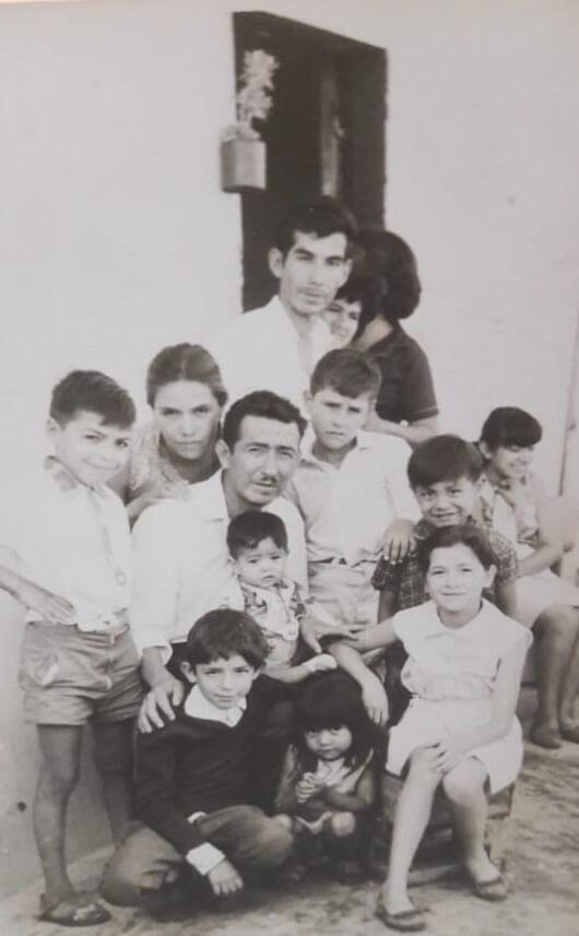 Mi papá Carmelo Roberto Díaz, con su hermano y muchos de nosotros
