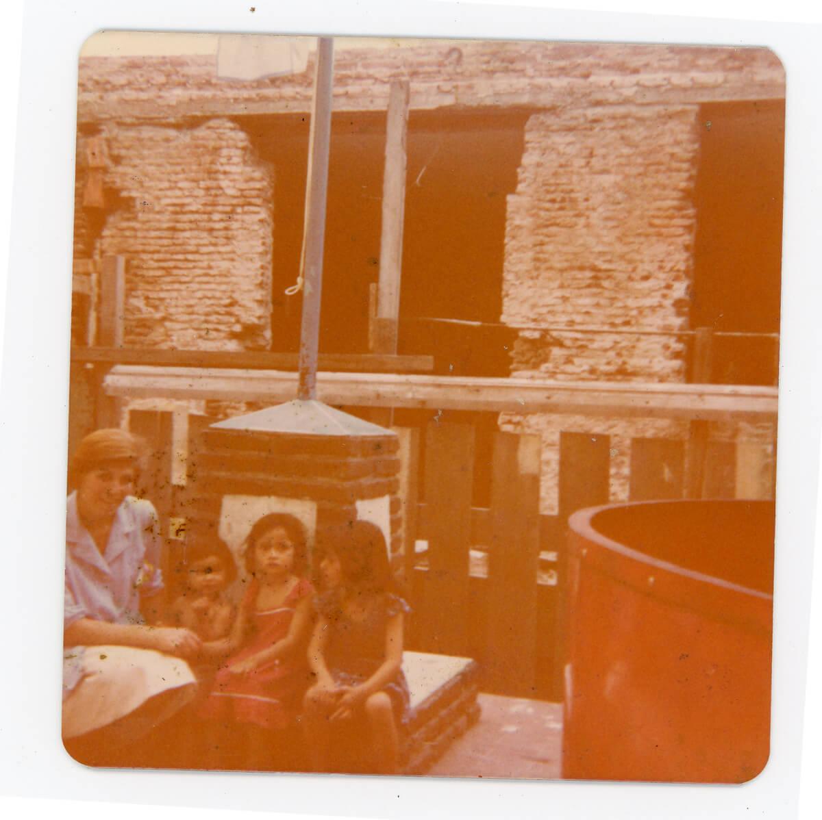 Beatriz Chazarreta cuidando lactantes en 1971, cuando comenzaban las obras del CAF n3