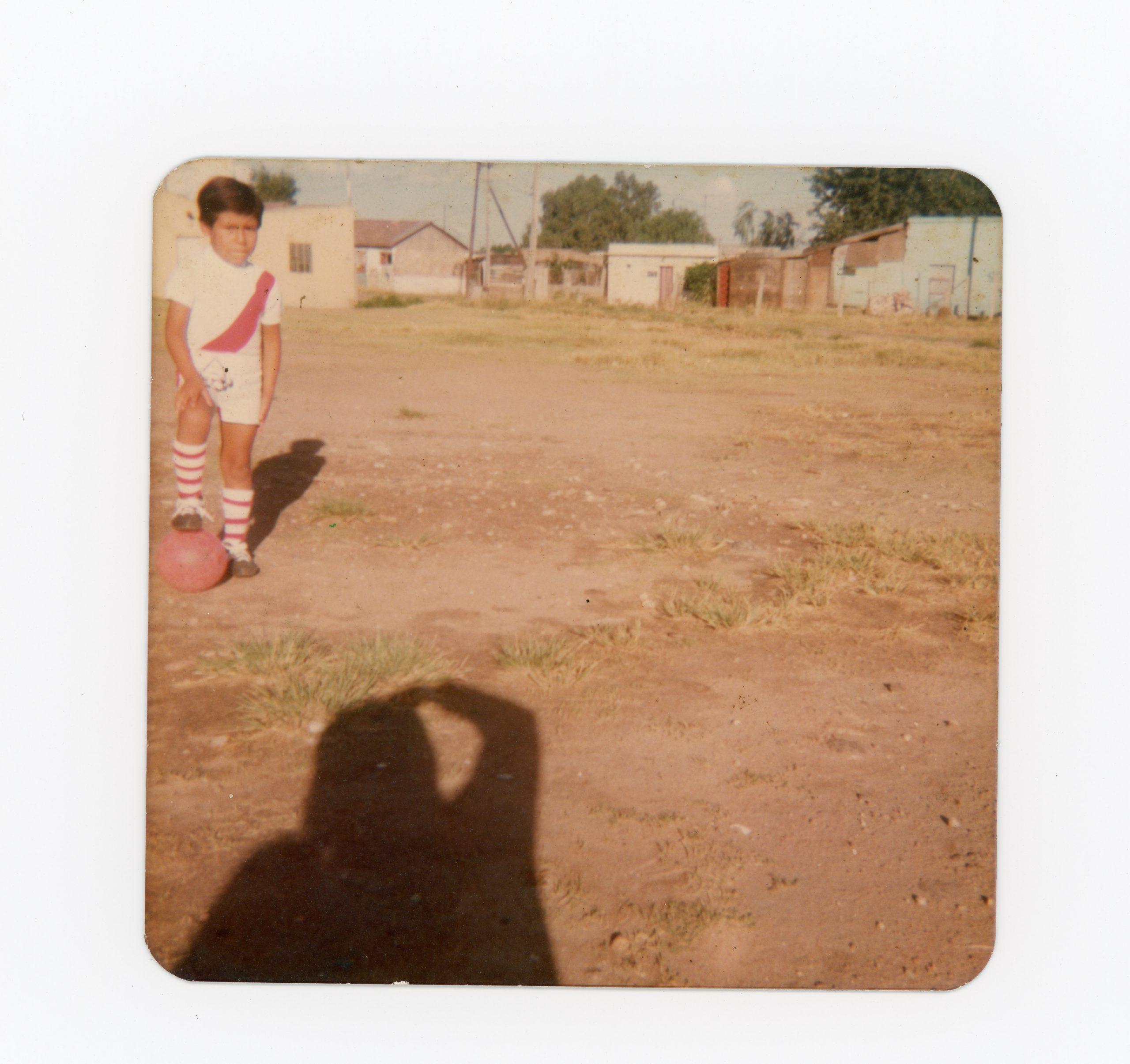 Jesús Cruz Sarapura fotografiando su sombra junto a su hijo Miguel