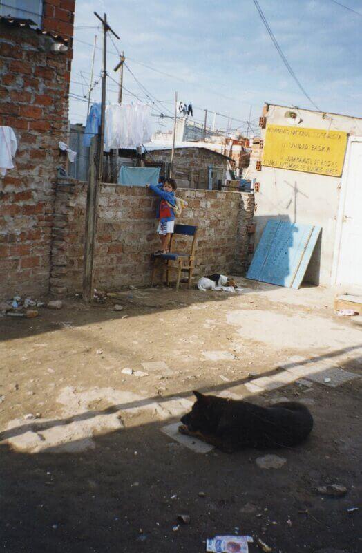 Niño y perro enfrente de la Unidad Básica Movimiento Nacional Justicialista