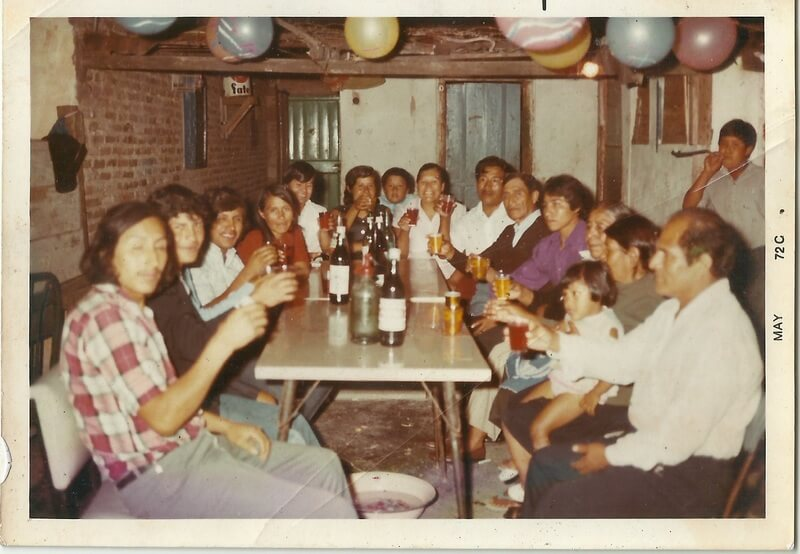 Familia boliviana de la década del 70, festejando la navidad