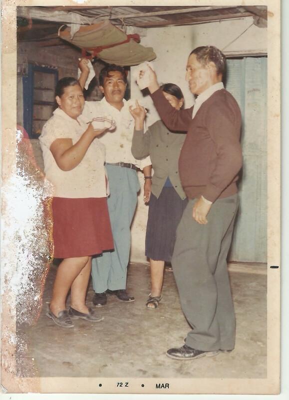Agustín Galarza, mi abuelo, migrante boliviano, junto a su familia bailando una cueca