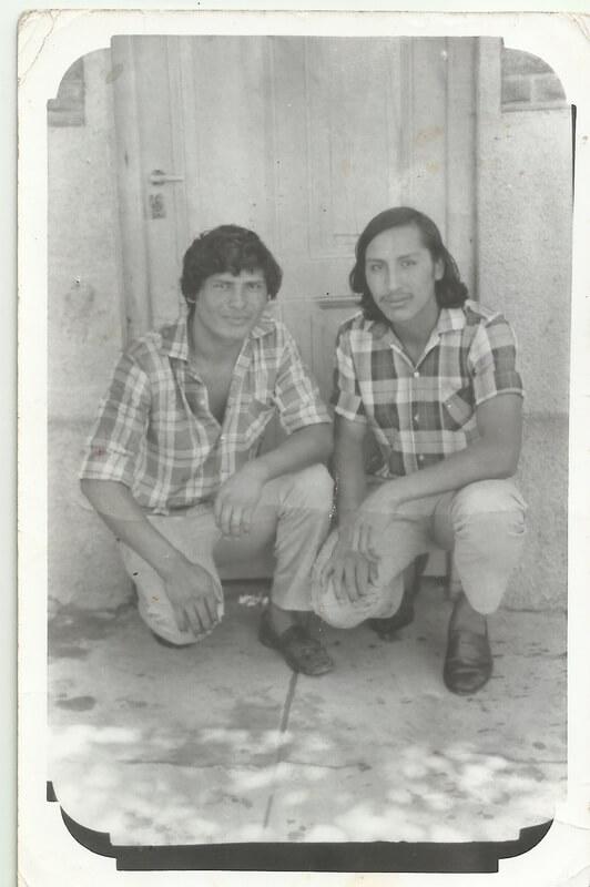 Acá se los ve a mi papá y a su primo, inmigrantes cochabambinos, posando en la puerta de casa, en el Pasaje Unanué.
