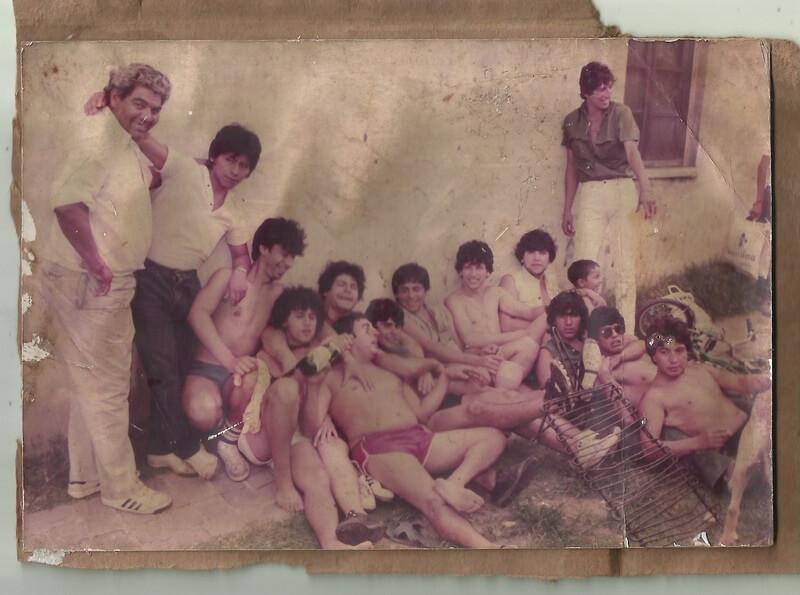 Amigos de la infancia posando para la foto