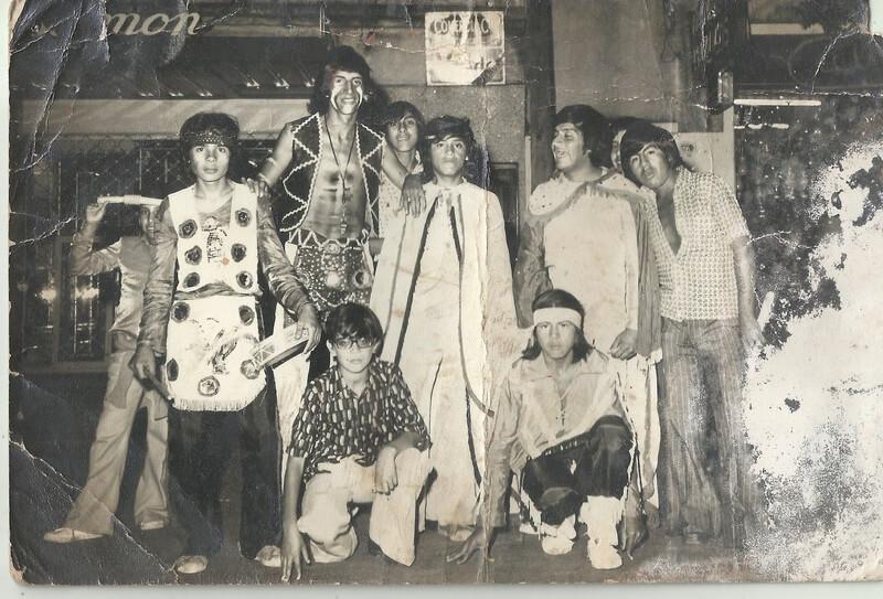 Los indios Kiowas antes de la presentación en el teatro